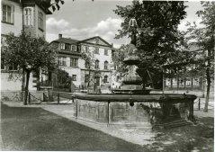00838_Ilmenau_Hennebrunnen_mit_Goetheschloesschen_1977_Org_b_Ele.jpg